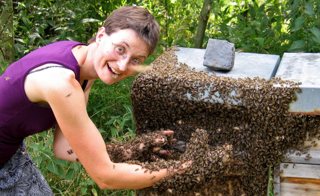 Pia Aumeier mit Bienen
